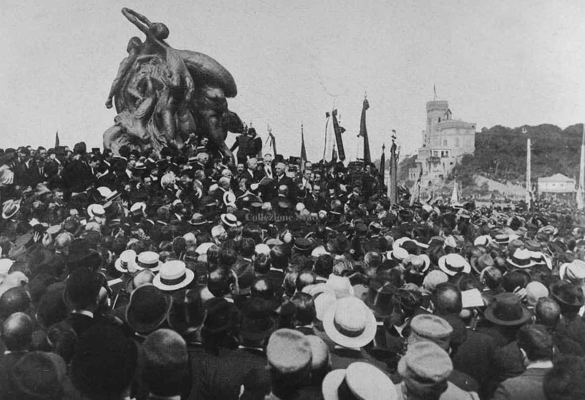Manifestazione di Quarto del 5 maggio 1915 in cui D'Annunzio arringa la folla affinché si schieri per l'intervento armato nella Prima Guerra Mondiale